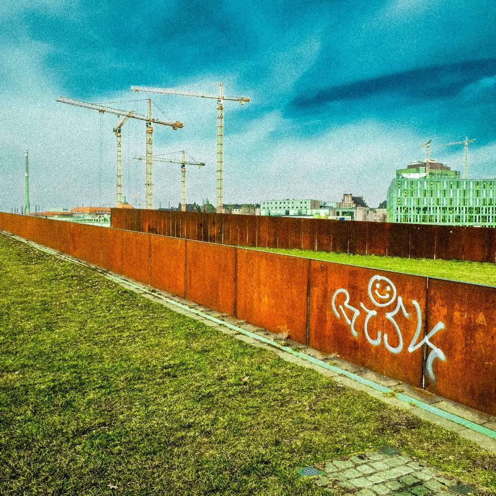 Baustelle am Hauptbahnhof im Frühlingsgrün