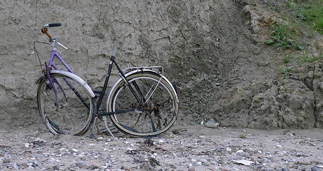 Shortbike nach einem Absturz von der Klippe in Schönhagen an der deutschen Ostseeküste