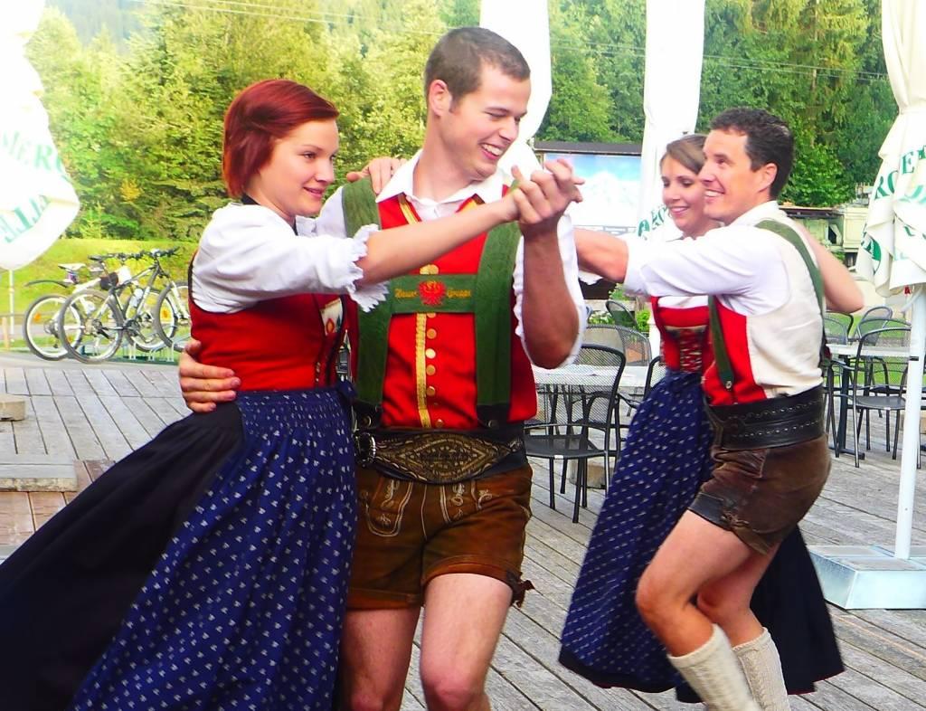 Reisetipp Tirol: Dirndl, Lederhosen und Knödeldiplom