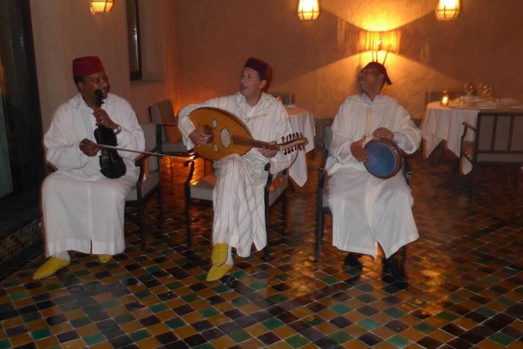 Traditionelle marokkanische Musik gehört zu jedem Fest. Die Musik wurde durch arabische und andalusische Einflüsse geprägt und hört sich ein bisschen melancholisch an