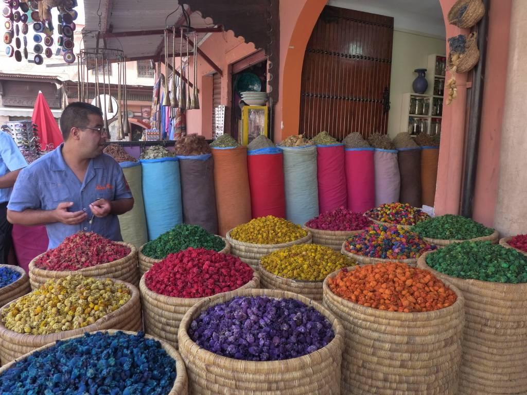 Blau, Rot, Orange - was für eine orientalische Farbenpracht! Getrocknete Blüten in hohen Körben kann man im Kräuterhaus Herboriste Du Paradis kaufen