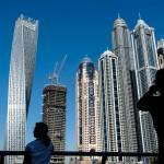 Dubai Marina Menschen vor Hochhäusern