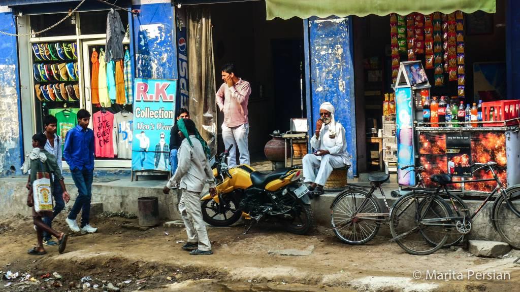 Straßenszene in einer Kleinstadt westlich von Neu-Delhi