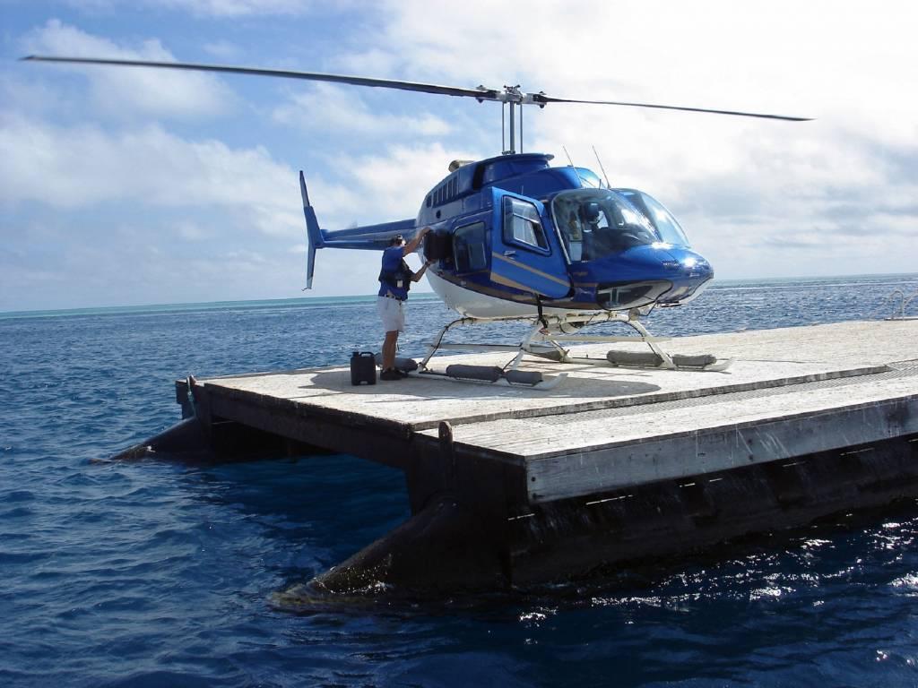 Vor dem Rundflug über das Great Barrier Reef wird der Helikopter noch aufgetankt @Foto: M.Persian