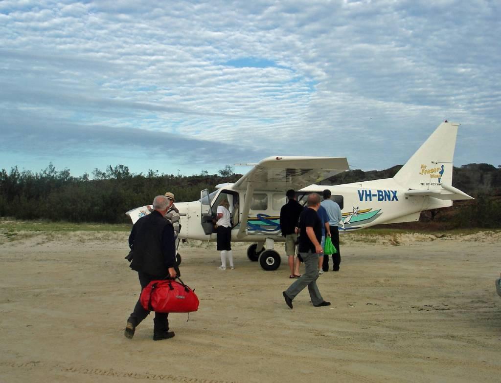 Am Strand von Fraser Island starten und landen kleine Flieger Foto@M.Persian