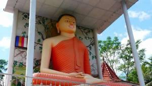 Buddha Tempel unterwegs gibt es in jedem Dorf aus dem Bus fotografiert
