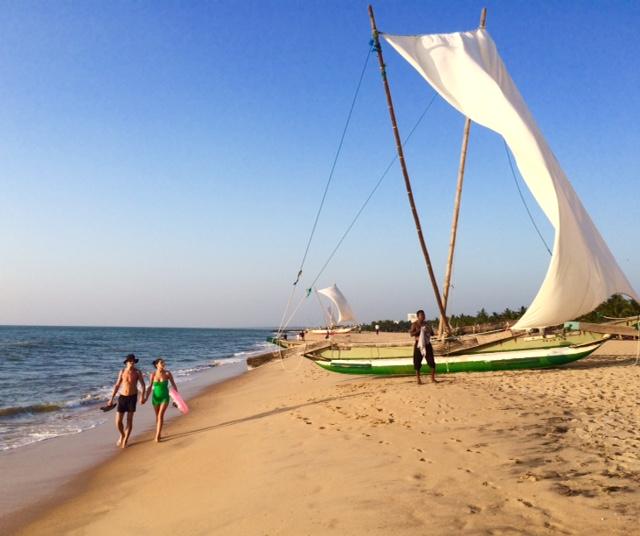 Der goldgelbe Strand von Negombo ist vier Kilometer lang und etwa 150 Meter breit
