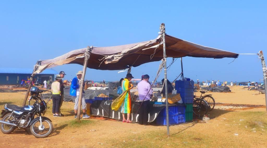 Der fangfrische Fisch wird nach dem Ausladen am Strand verkauft
