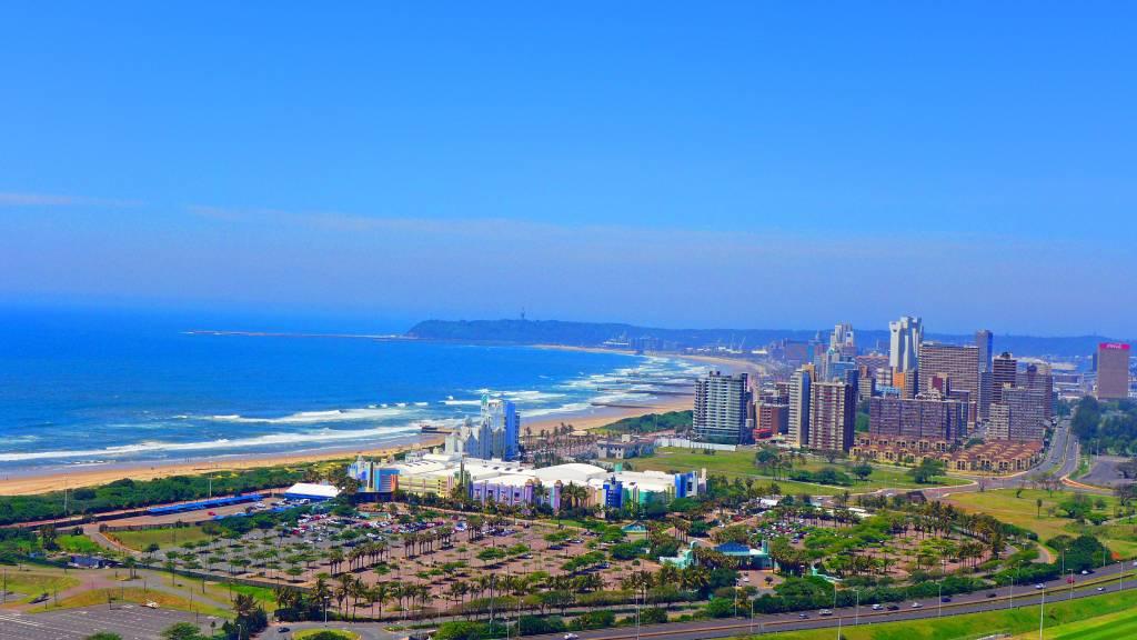 Blick vom Stadion hinüber zum langen Sandstrand von Durban