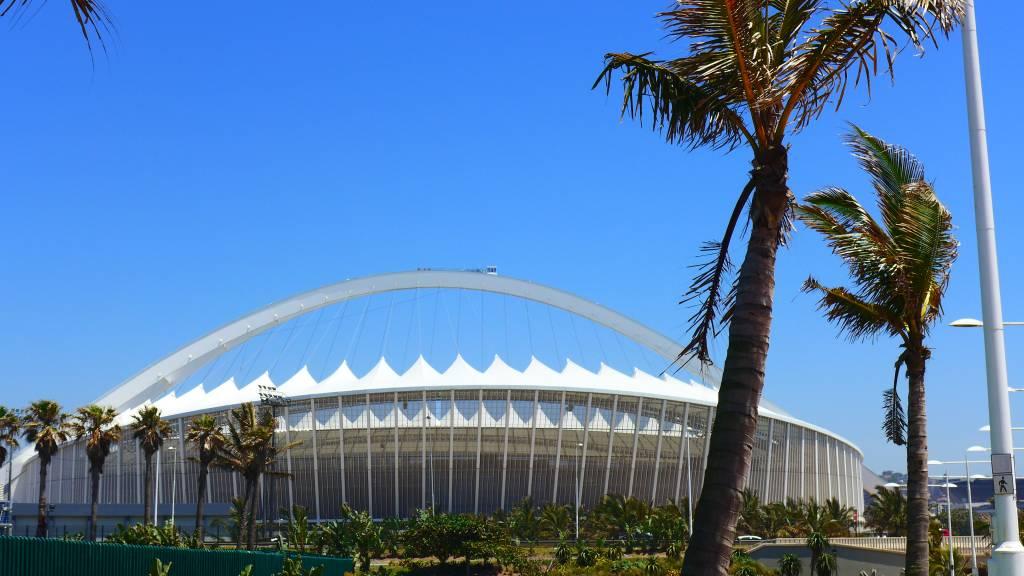 Das Moses-Mabhida-Stadion hat 85 000 Sitzplätze. Eine Aussichtplattform befindet sich auf dem Bügel über dem Stadion