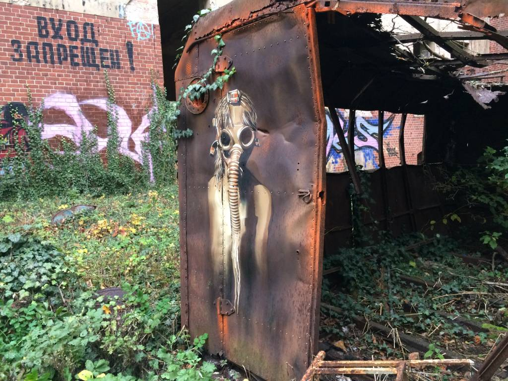 Atemlos! Streetart auf einem verrosteten Container