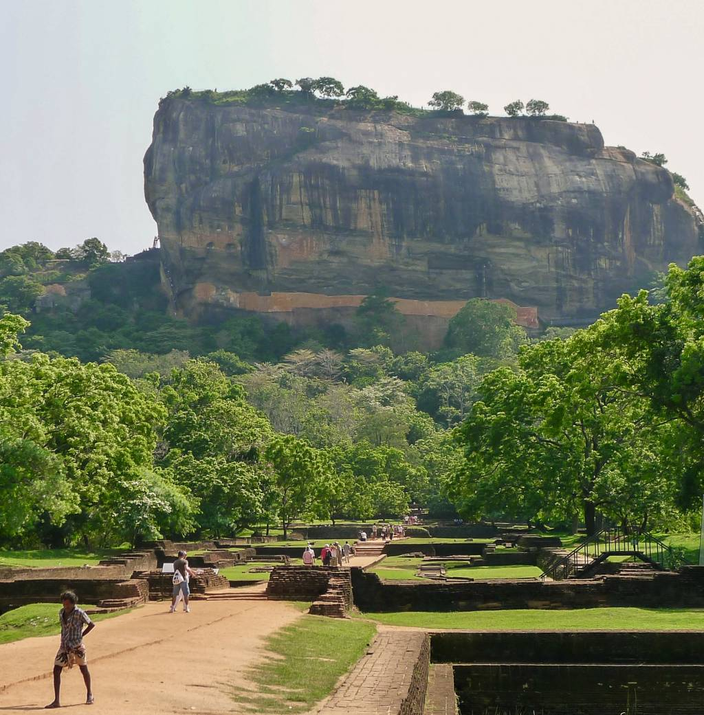 Der Sigiriya Felsen ist 185 Meter hoch und gehört zum UNESCO Welterbe