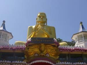 30 Meter ist der goldene Buddha. Er thront auf dem Museum des Felsentempel Dambulla