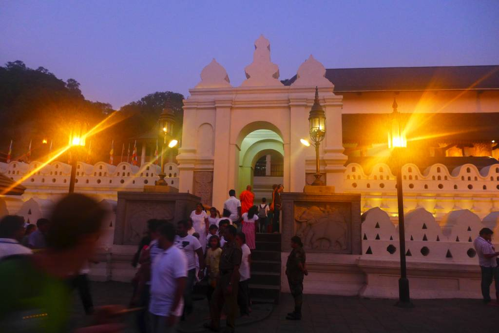 Hier ist es immer voll: Fröhliches Treiben vor dem Zahntempel in Kandy