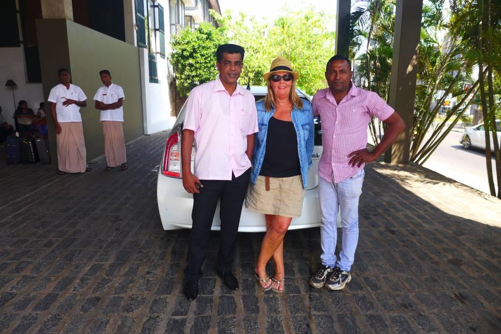 Reiseleiter Chaminda und sein Kollege vor dem Jetwing Beach Hotel in Negombo Foto: © M.Persian