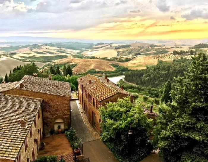 Von der Castelfalfi Burg hat man einen weiten Blick über das mittelalterliche Dorf und die Landschaft