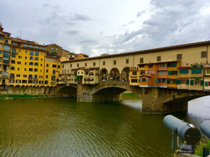 Die Ponte Vecchio ist die älteste Brücke, die über den Arno in Florenz führt