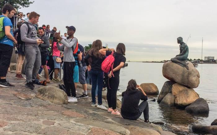 Besuchermagnet in Kopenhagen ist die kleine Meerjungfrau an der Uferpromenade