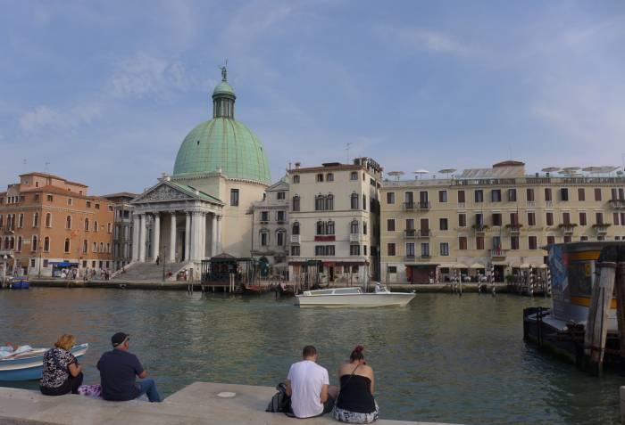 Venedig: Ausruhen vom vielen treppauf treppab über Brücken und Kanäle