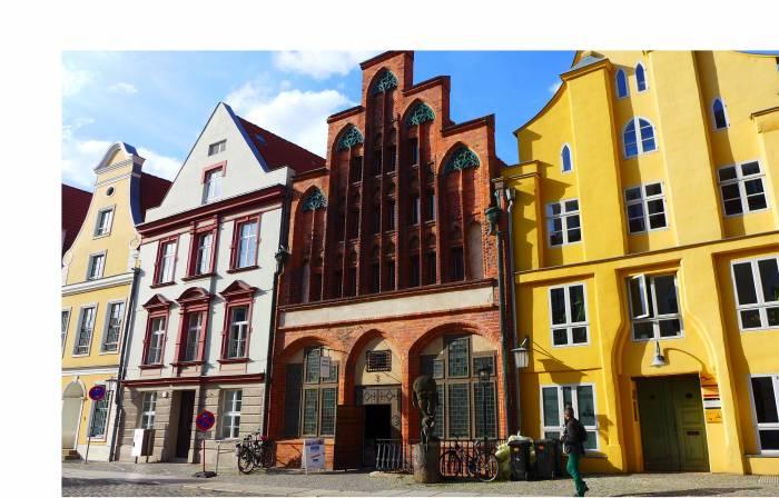 Restaurierte Stadthäuser am Alten Markt in Stralsund