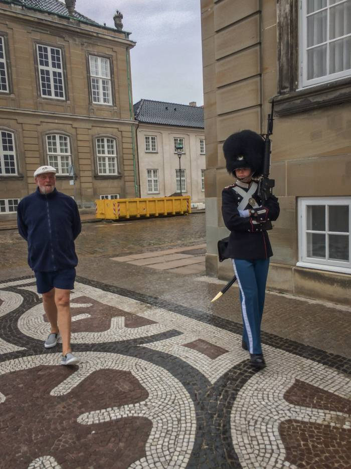 Lutz II grüßt den Wachsoldaten vor Schloss Amalienborg, die Winterresidenz der königlichen Familie
