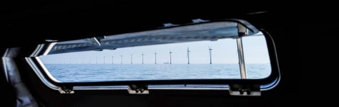 Windräder am Öresund direkt neben dem Fahrwasser