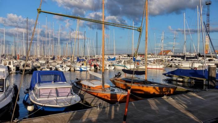 Im Yachthafen klappern und surren lose Fallen, die an die Masten schlagen