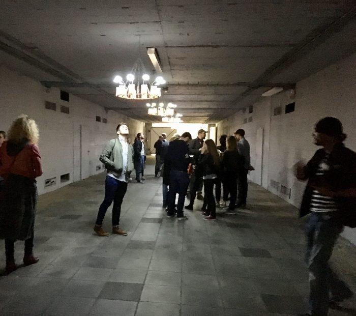 Teelichter können Strom erzeugen. Im H1 Tunnel wird das bewiesen. hier kann man sehen wie Teelichter dafür sorgen, das die elektrischen Lämpchen heller werden, eine Installation von Aram Bartholl