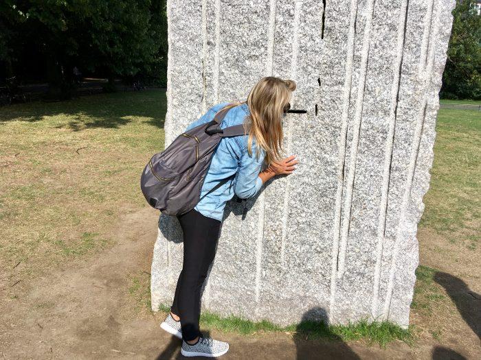 The Stone, die Skulptur von Lara Favaretto ist nicht zu übersehe