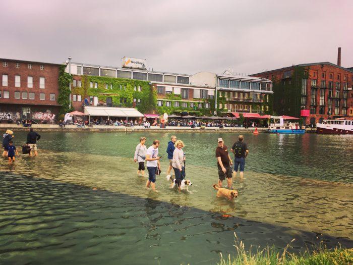 Die Attraktion im Stadthafen ist auf einem Unterwassersteg von einer Uferseite zur anderen