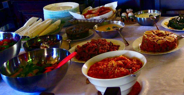 Die Zyprioten sind sehr gastfreundlich. Zum Lammbraten werden Bohnen, Zwiebeln. Augerginen, Paprika, Zucchini, Kartoffeln und Möhren serviert Foto: m.persian